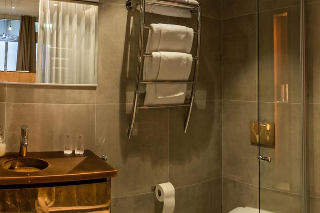 Hotel Iso Syöte, Aurora Suites, baño