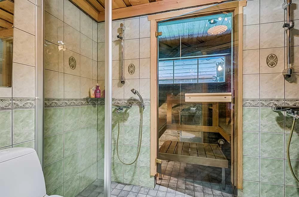 Rukan Salonki, sauna con duchas