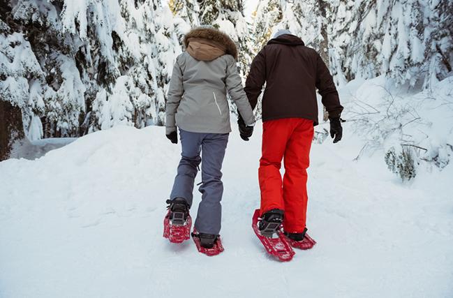 Caminando sobre raquetas de nieve